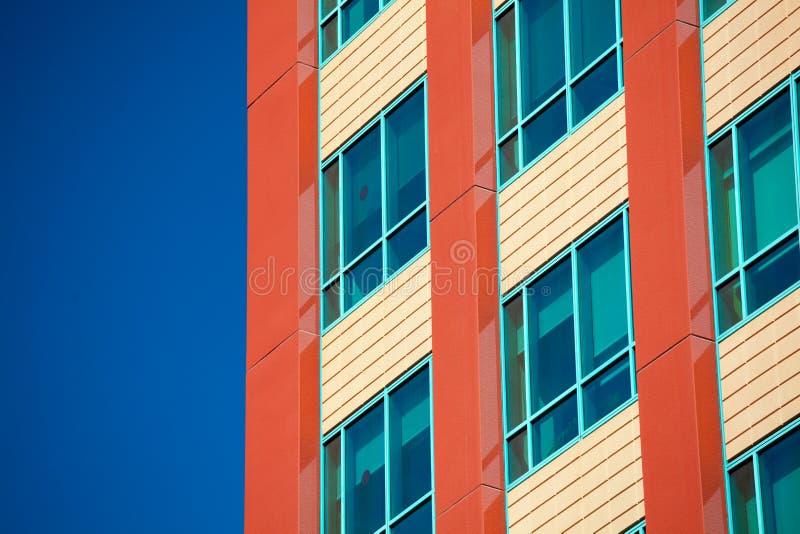 Windows del edificio moderno del negocio con el cielo fondo de azul imagenes de archivo