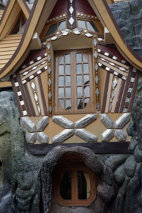 Windows della casa stravagante fotografie stock libere da diritti
