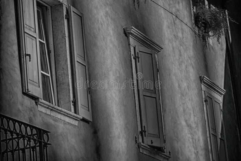 Windows dentro Rive del Garda, Italia fotografia stock libera da diritti