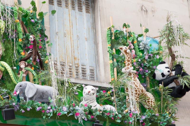 Windows in der Straße mag einen Afrika-Dschungel mit Los Safariplüsch stockfotos