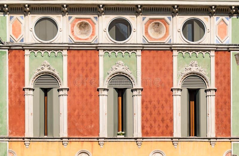 Windows in der venetianischen gotischen Art lizenzfreie stockfotografie