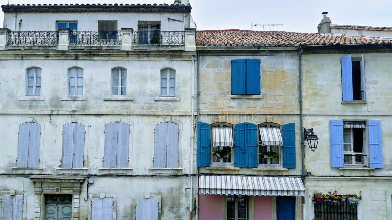 Windows derrière les vieux volets ; le centre historique de la ville française ; images stock
