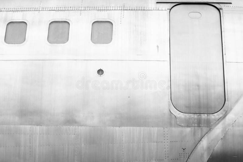 Windows des Weißmetalloberflächenflugzeuges mit Fluchtwegsicherheitsentweichen stockfotografie