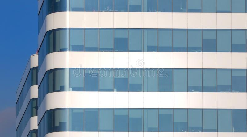 Windows di un edificio per uffici moderno immagine stock