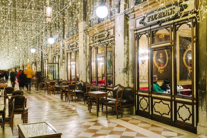 Windows do café famoso de Florian na noite em Veneza foto de stock