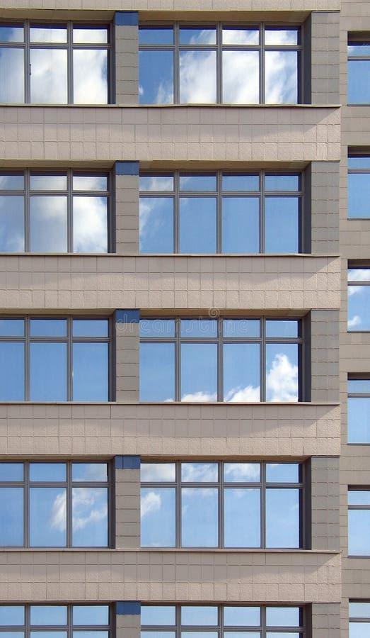 Windows do prédio de escritórios fotos de stock