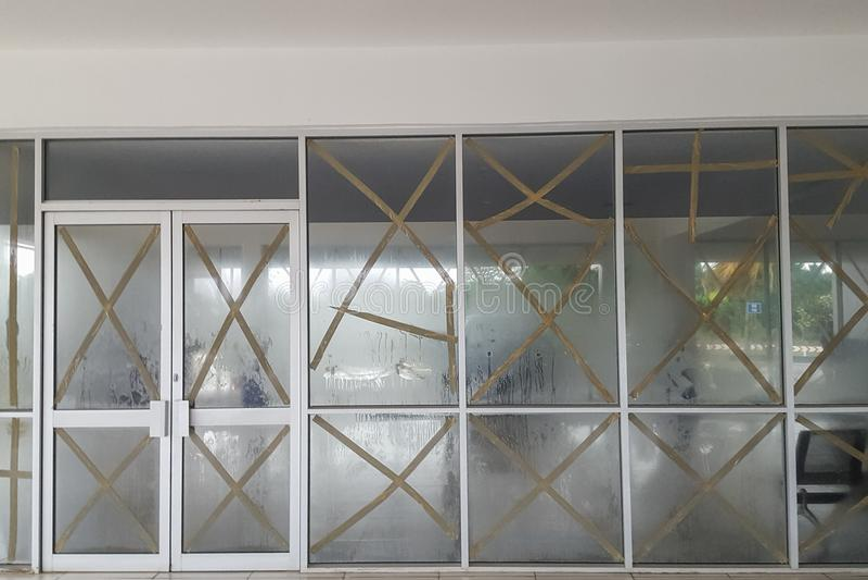 Windows do terminal de aeroporto é protegido durante a tempestade do vento Casa de campo do porto, Efate, Vanuatu imagem de stock royalty free
