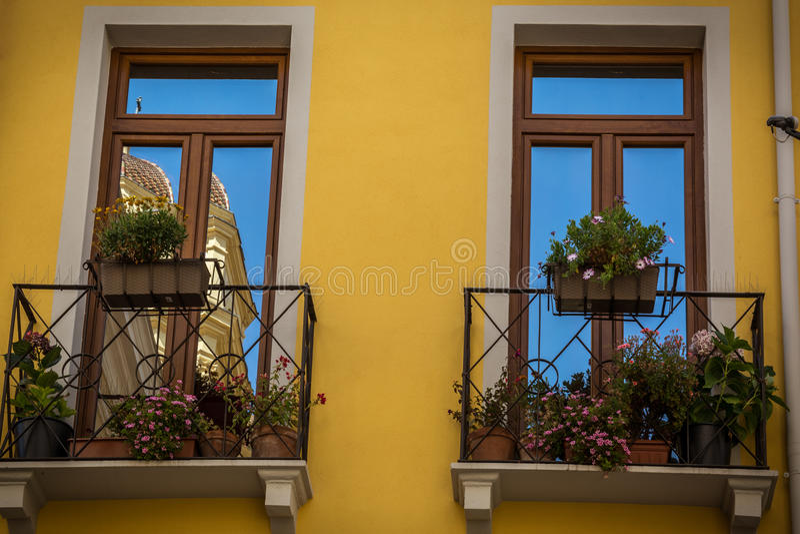 Windows du beau bâtiment jaune à Cagliari, Sardaigne photos stock