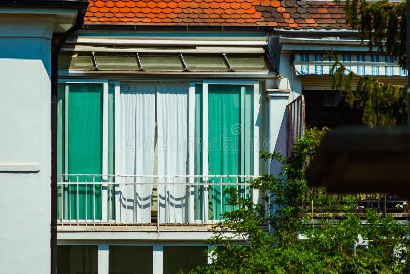Windows e balcão, casa de apartamento moderna imagem de stock royalty free