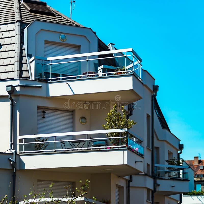 Windows e balcão, casa de apartamento moderna imagens de stock