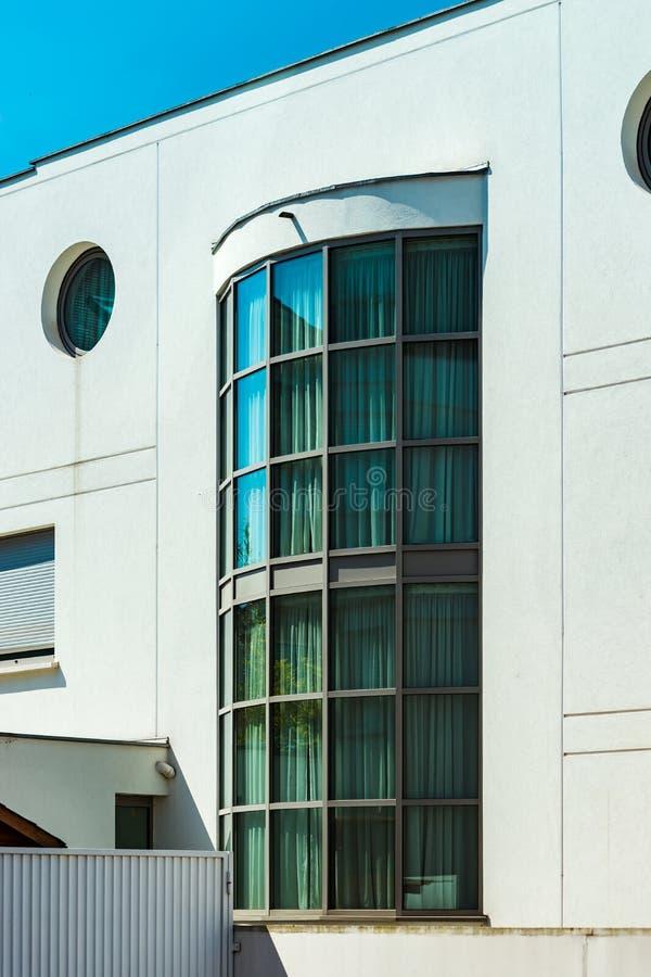 Windows e balcão, casa de apartamento moderna imagem de stock