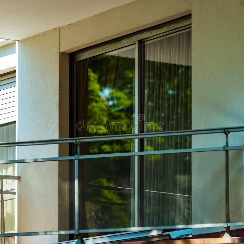 Windows e balcão, casa de apartamento moderna fotos de stock royalty free
