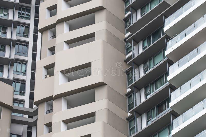 Windows e balcões, prédios de apartamentos altos da elevação, bonitos fotografia de stock