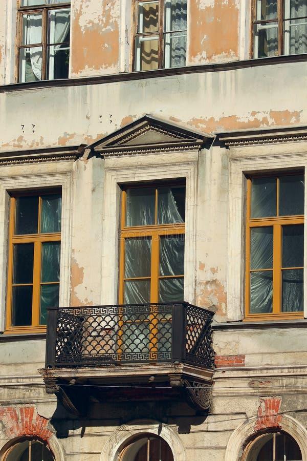 Windows e balcone di vecchia casa abbandonata immagine stock libera da diritti