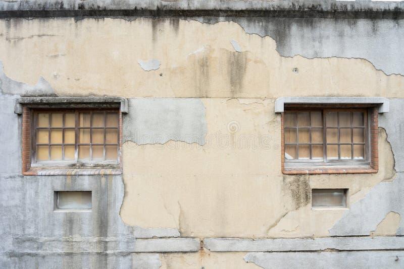 Windows e a casa velha das paredes com quebras a janela e a parede da casa são um estilo religioso de acordo com o estilo orienta foto de stock