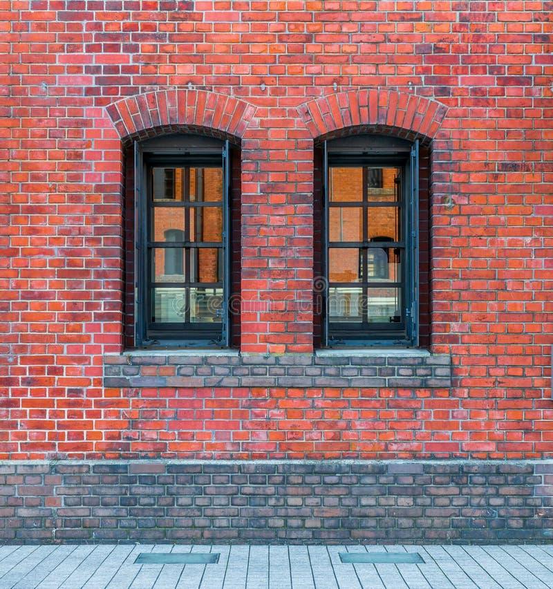 Windows in einer roten Backsteinmauer lizenzfreie stockfotografie