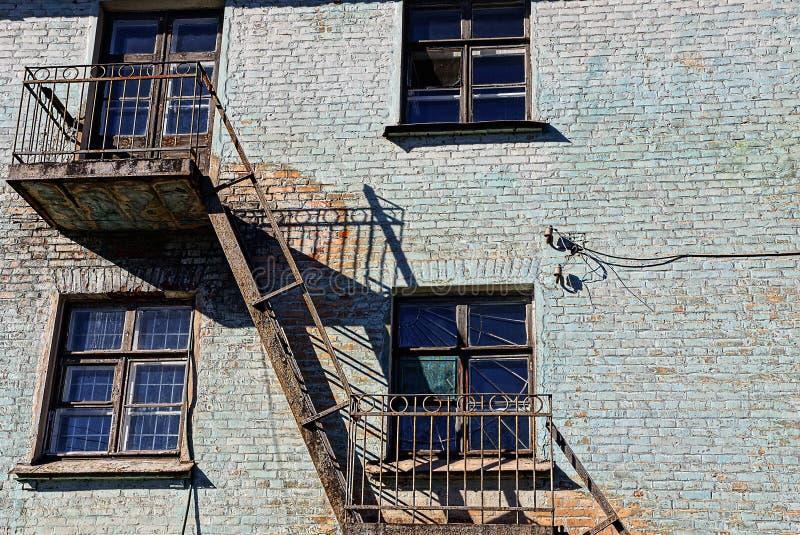 Windows-Eisentreppenhaus und alter Balkon lizenzfreie stockfotos