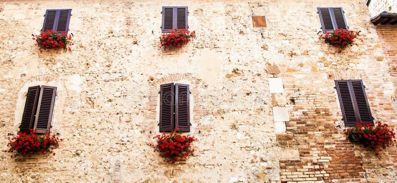 Download Windows em Toscânia foto de stock. Imagem de facade, pedra - 26517998