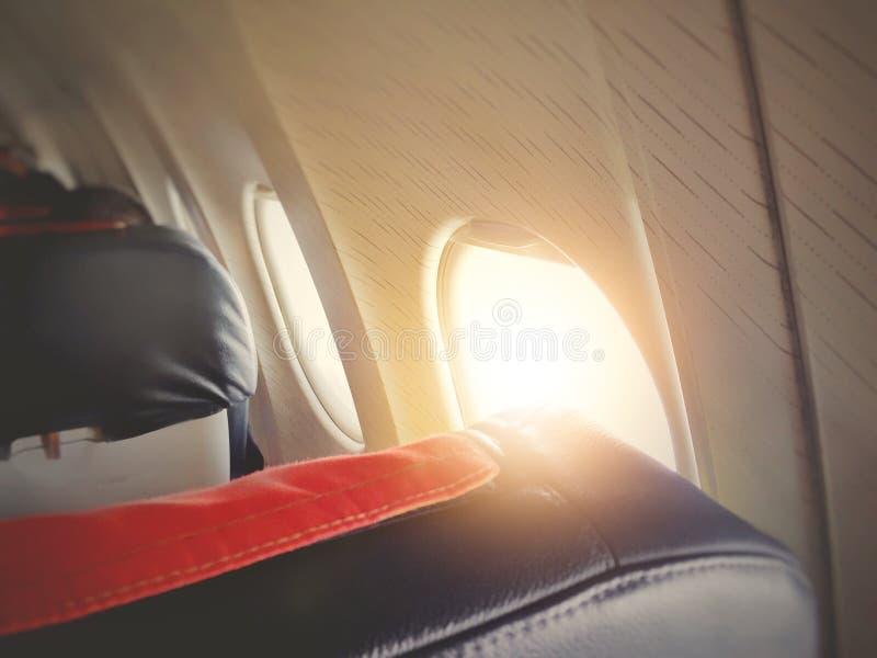 Windows em uma cabine do avião com luz solar imagens de stock
