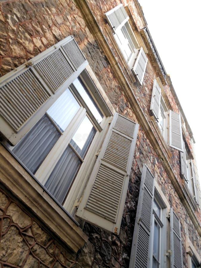 Windows em uma construção de pedra imagem de stock royalty free