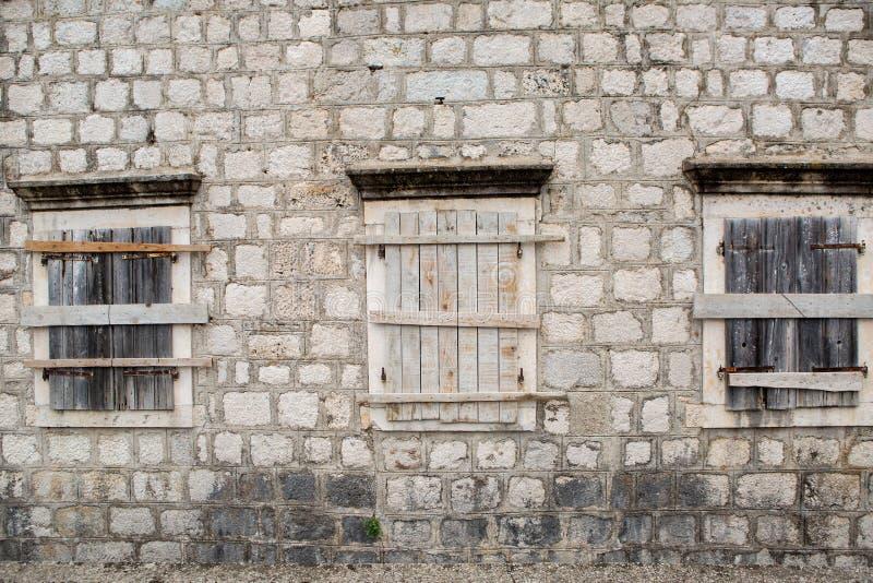Windows embarqué- dans un vieux bâtiment en pierre image stock