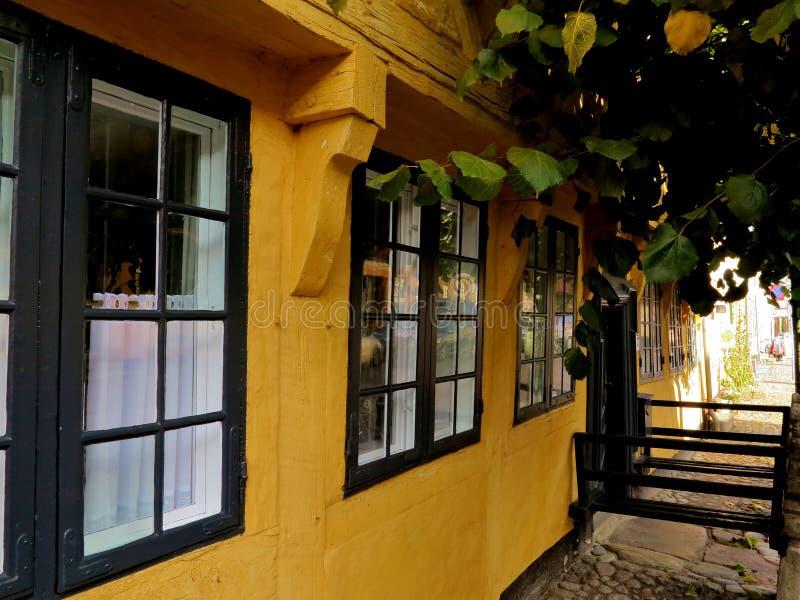 Windows en casa danesa vieja fotos de archivo libres de regalías