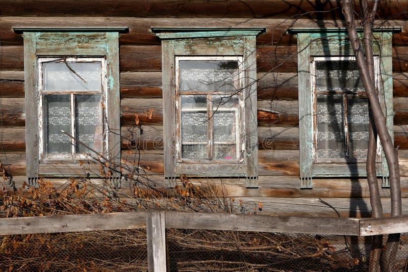 Windows en casa de madera imagenes de archivo