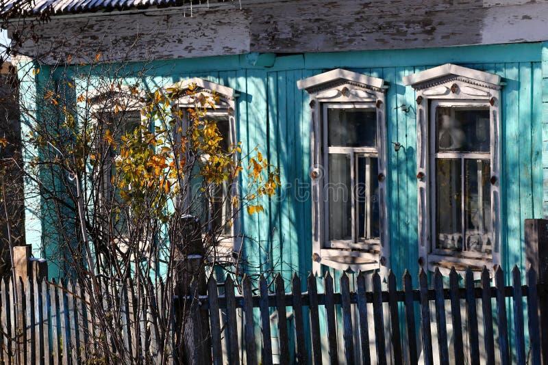 Windows en casa de madera fotografía de archivo libre de regalías