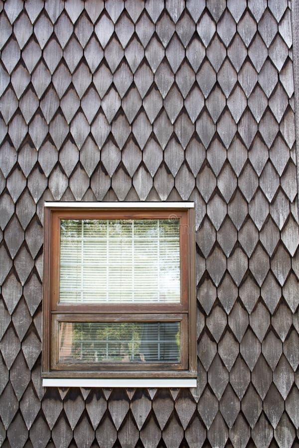 Windows en Cedar Shake Siding foto de archivo