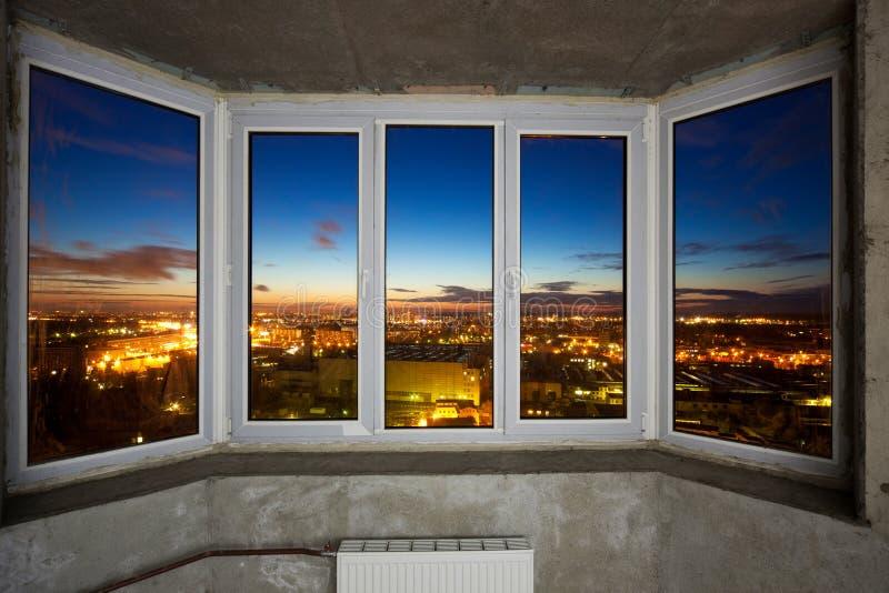Windows en el nuevo apartamento imagen de archivo
