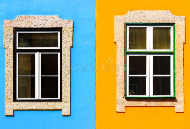 Windows en fachada azul y anaranjada imagen de archivo libre de regalías