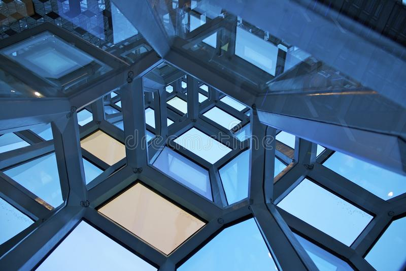 Windows en la ópera en Reykjavik imagenes de archivo