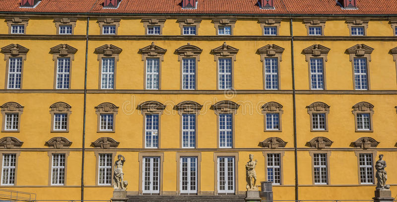 Windows en la fachada de la universidad de Osnabrück imagenes de archivo