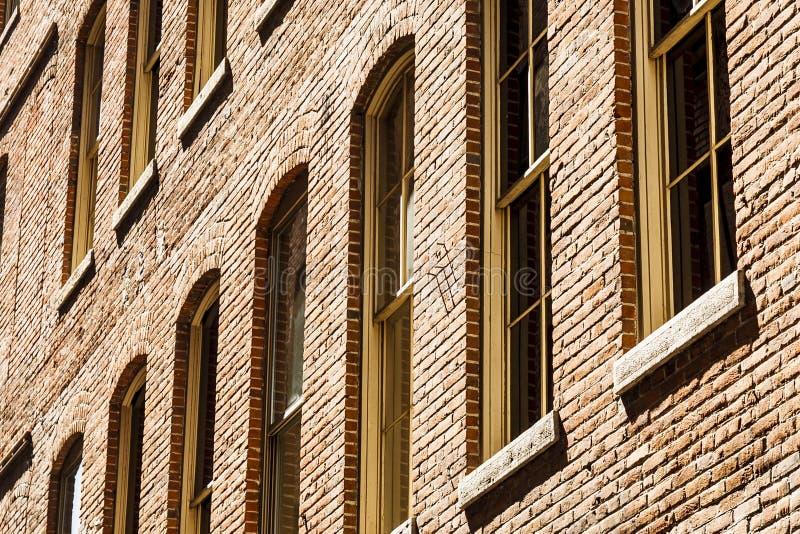 Windows en pared de ladrillo agrietada imágenes de archivo libres de regalías