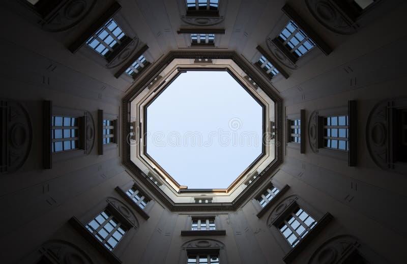 Windows en perspectiva con el cielo en fondo fotografía de archivo libre de regalías