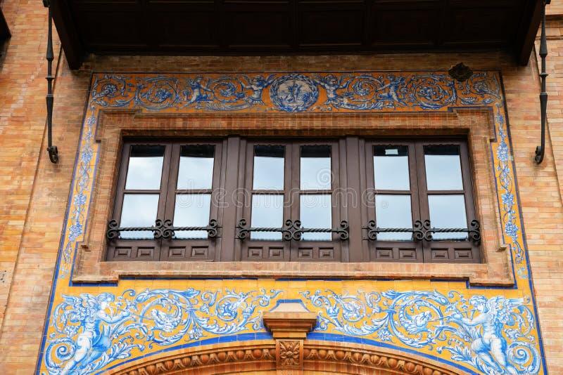 Windows en un edificio histórico en Sevilla, España fotografía de archivo