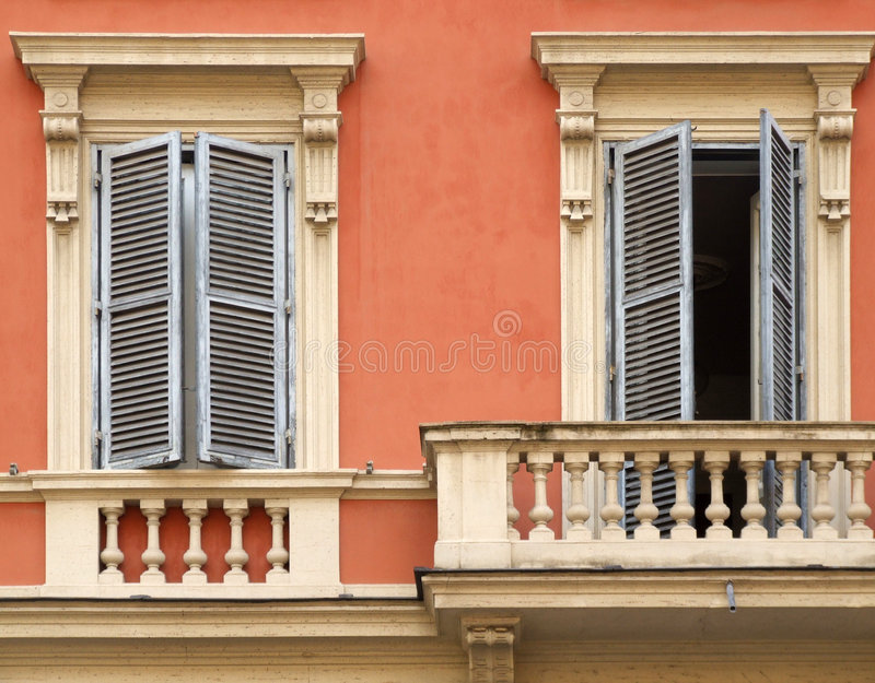 Windows et balcon à Rome photos stock