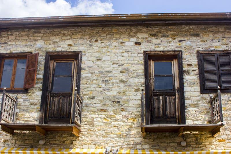 Windows et murs dans le village de Lefkara images stock