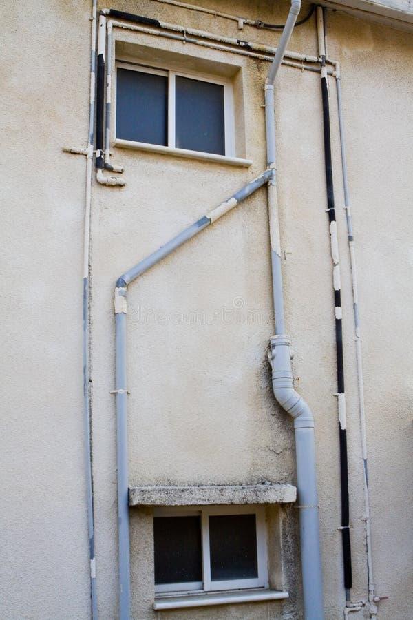 Windows et tuyaux extérieurs de vieil immeuble images libres de droits