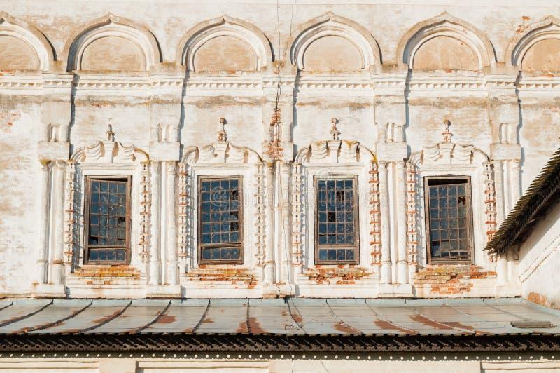 Windows ha decorato con gli arch? e lo stucco alla facciata della cattedrale di resurrezione in Veliky Novgorod, Russia fotografia stock libera da diritti