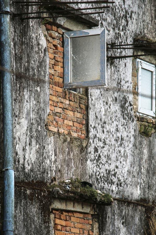 Windows i det gamla huset royaltyfri foto