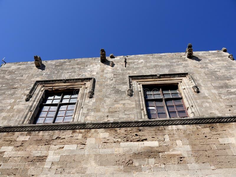 Windows i gatan av riddarna av St John på Rhodes arkivfoton