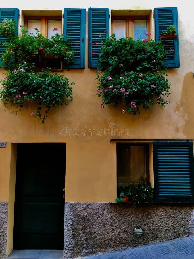 Windows i Tuscany arkivfoton