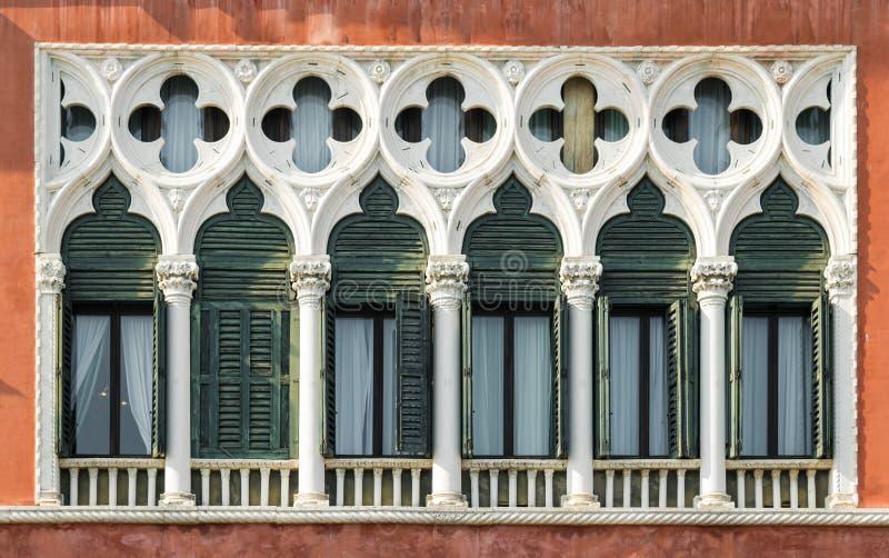 Windows i Venetian gotisk stil royaltyfri bild