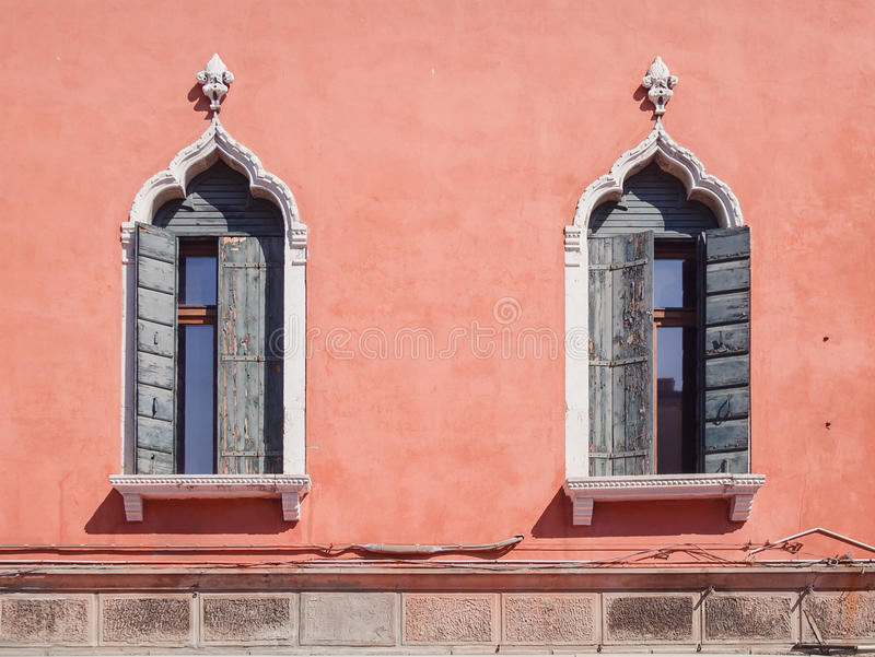 Windows i Venetian gotisk stil royaltyfri fotografi