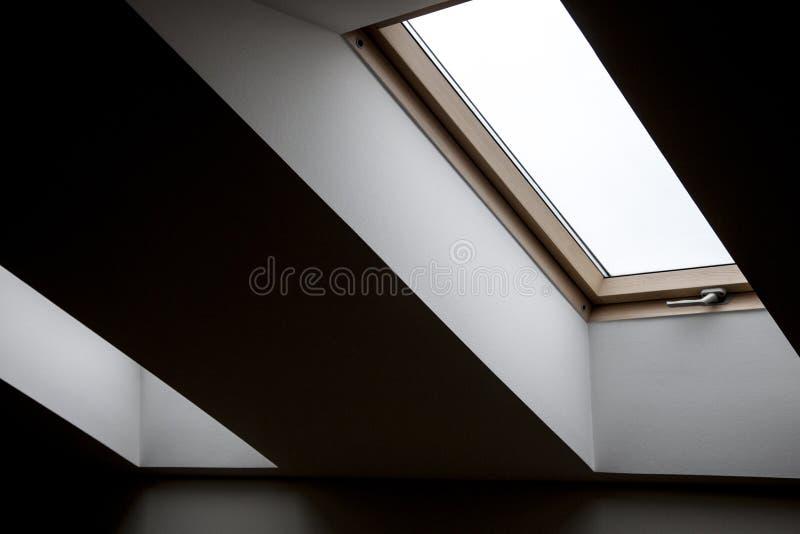 Windows im Dachboden Gew?lbte Fenster mit Buntglas Kontrastierende geometrische Innendetails stockfoto