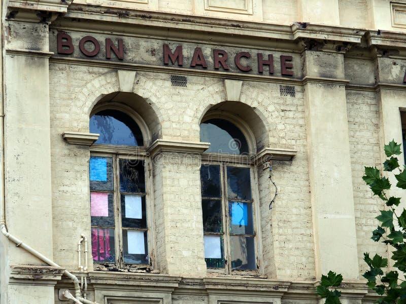 Windows incurvato rotondo su Pale Brick Building anziano fotografia stock