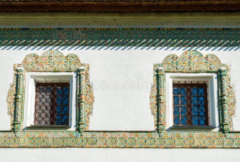 Windows inramade med f?rgrika forntida mosaiktegelplattor Nicholas Vyazhischsky stauropegic kloster, Veliky Novgorod, Ryssland arkivfoto