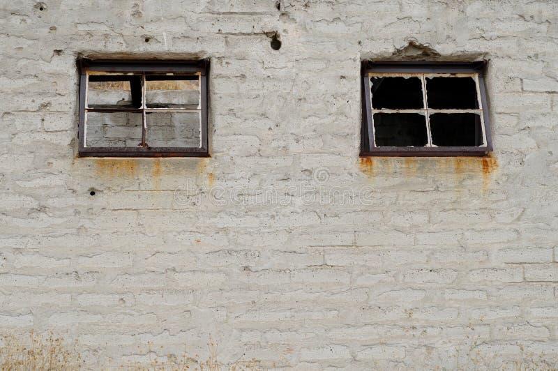 Windows jumeau sur le b?timent abandonn? photos libres de droits