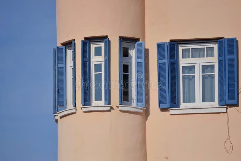 Windows med blåa rullgardiner arkivbilder